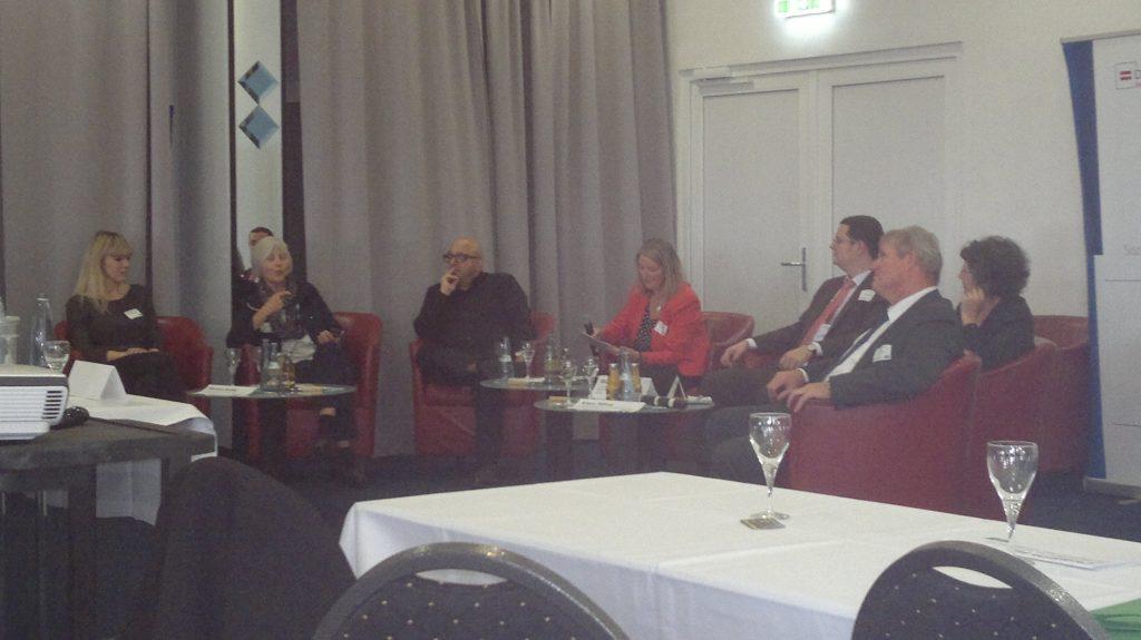 Diskussion, Talk-Runde, und Gespräch mit Beiträgen aus dem Publikum